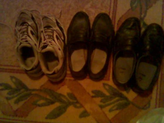 Lick my shoes.. =P Kenkäfetissi ? No ei, heitin vain vanhoja rikkinäisiä kenkiä roskiin ja otin ensin kuvan..