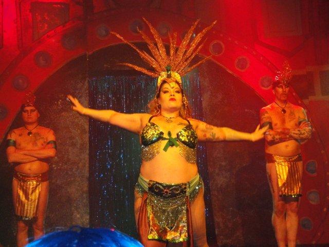 Bettie Blackheart Helsinki Burlesque Festivalilla helmikuussa 2010. Kuvan ottanut Olga Koiverianine.