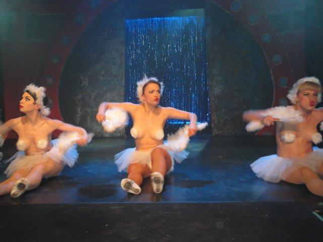 Miss Polly Rae and her Hurly Burly Girlys Helsnki Burlesque Festivali pääjuhlassa helmikuussa 2010. Kuvan otti Olga Koiverianine.