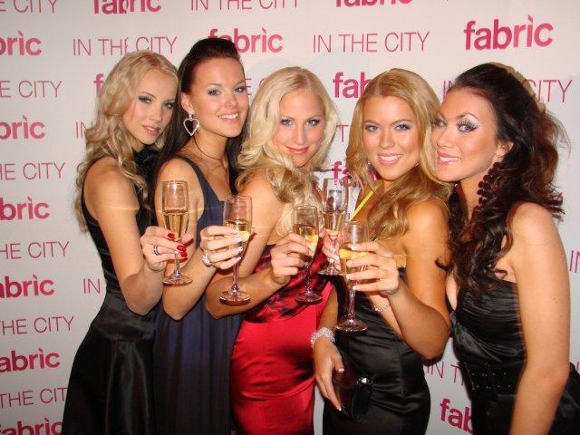 Fabrikin vanha kokoonpano: Rosa, Noona, Jenna, Oona ja Riina.