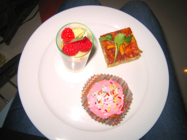 Passion for food -kirjan antimia: Cupcakes (s.103), Dream Trifle -vaahto (s.85) ja Kanttarelliguiche (s.153)