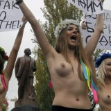 Ukrainalaisia mielenosoittajia.