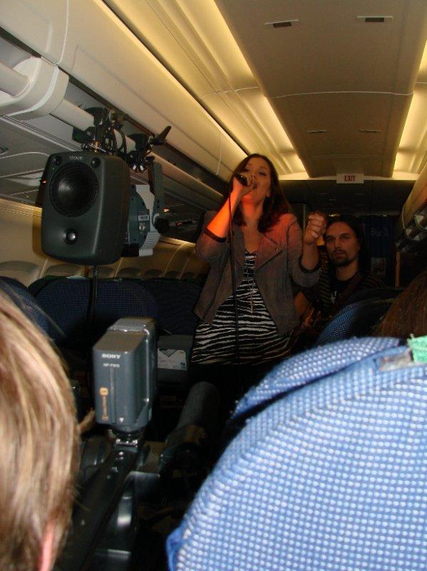 Laura Närhi esiintyi Nrj:n ja Blue1'in Taivaallisella keikalla.