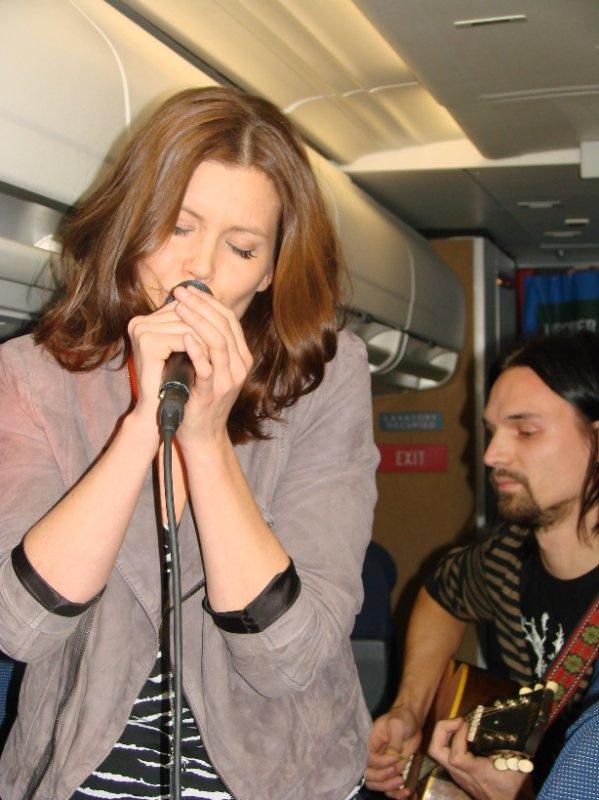 Laura Närhi esitti Taivaallisella keikalla mm. kappaleensa Tämä on totta.
