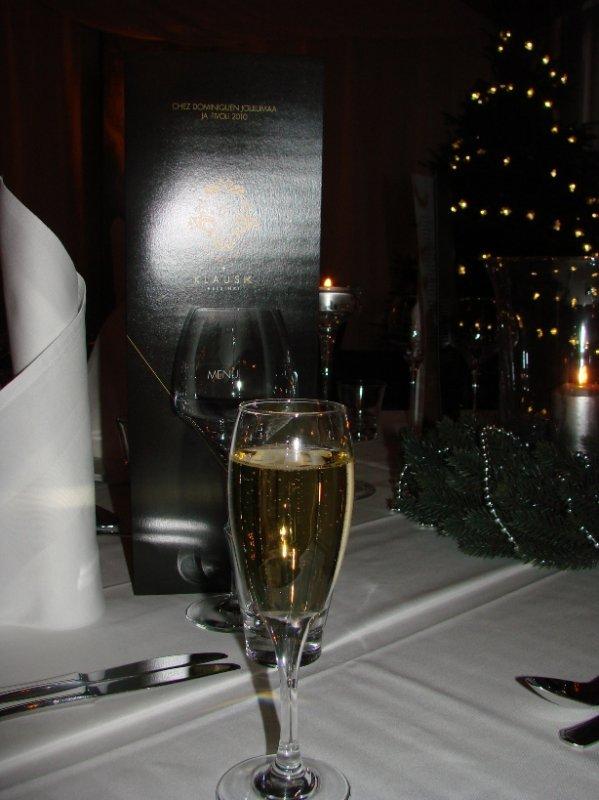 Chez Dominiquen jouluravintola Klaus K:ssa, samppanjana Nicolas Feuillattea