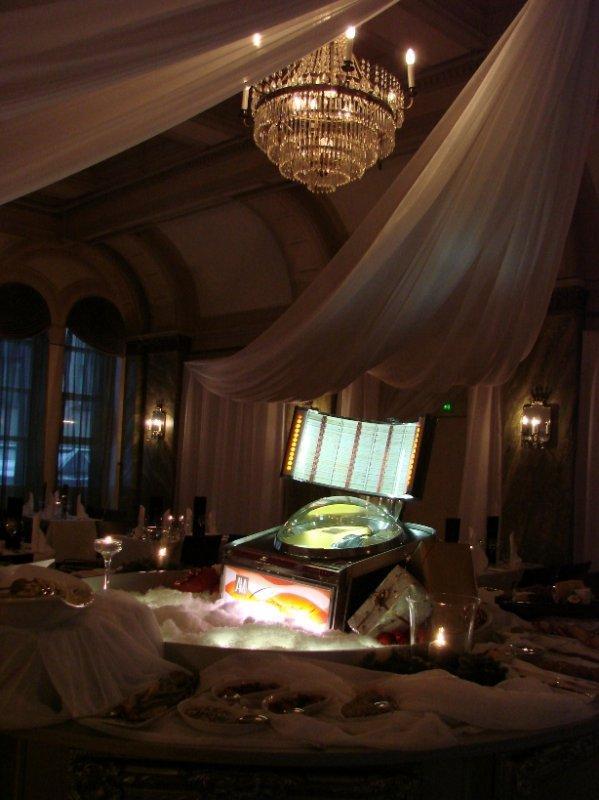 Chez Dominiquen jouluravintola Klaus K:ssa, ruoat tarjoillaan karusellissa