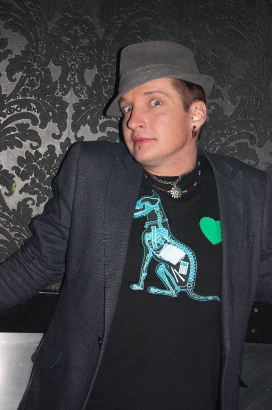 Tampereen Deitti.net-sinkkubileet @ Senssi 11.2. Illan juontaja Gekko läimäisi rintaansa helakan vihreän sydämen vapauden merkiksi.
