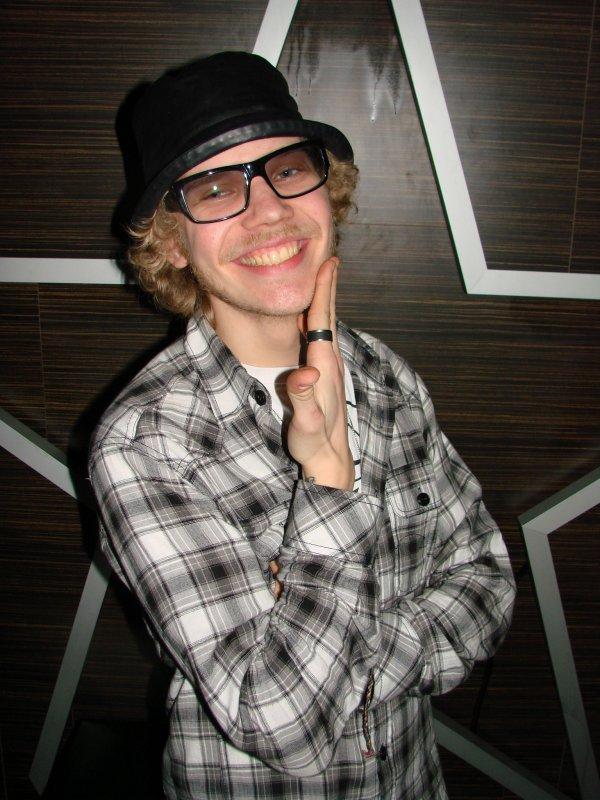 Malmi Vice @ The Circus 19.3. Tommi, 25, tekee intohimoisesti reggaemusiikkia. Me taas fanitamme intohimoisesti Tommin hattua ja laseja.
