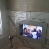 Tule kanssani kylpyyn katsomaan tv:tä