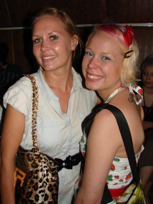 Helsinki Club 11.5. Ravintola-alalla töissä olevat Heidi, 28, ja Jenna, 22, sanoivat että viikolla on parempi bilettää, koska silloin on vähemmän porukkaa liikenteessä. Niinpä, eipä tartte katella kaikkien urpojen naamoja.