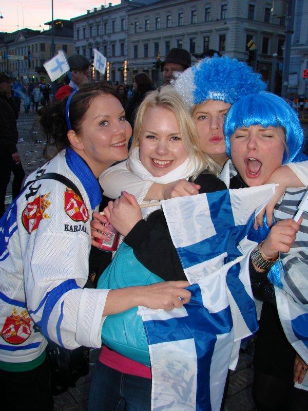 Tatja, 32, Jennis, 22, Mariia, 22, ja Maiju, 23, tapasivat torilla. Kerran 16 vuodessa suomalainenkin uskaltaa halata vierasta.