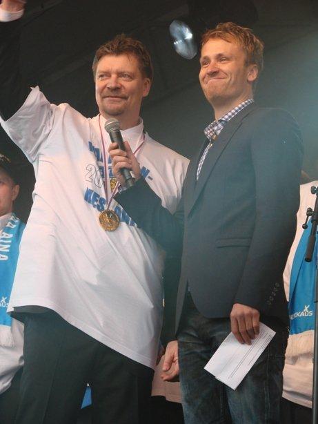 Leijonien valmentaja Jukka Jalonen juontaja Heikki Paasosen kanssa.