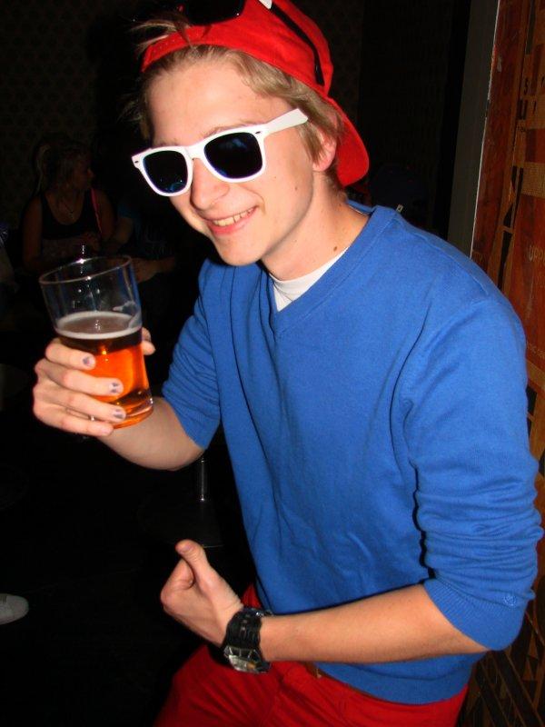 YK 29.5. Tietotekniikan opiskelija Jani, 19, oli ottanut yöhön mukaan kahdet ruudut. Kolmas Ruutu jäi jäähylle.