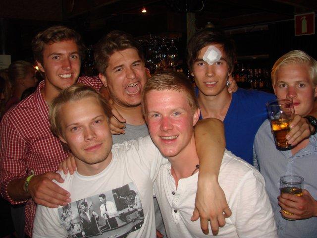 Club Kappeli 23.7. Eemeli, 20, Jerome, 19, Roope, 22, Lauri, 22, Knut, 21 sekä Arto, 21, kertoivat wakeboardaavansa. Muuttuneeko lauantai-illan mittaan wake-ördäämiseksi?