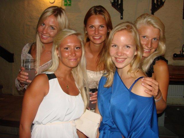 Club Kappeli 23.7. Julian, 21, Camillan, 21, Sonjan, 21, Jennyn, 21, ja Beatan, 21, mielestä tärkeää miehessä on hyvä huumori. Mutta tyttöjä ei kuitenkaan saa pitää vitseinä.