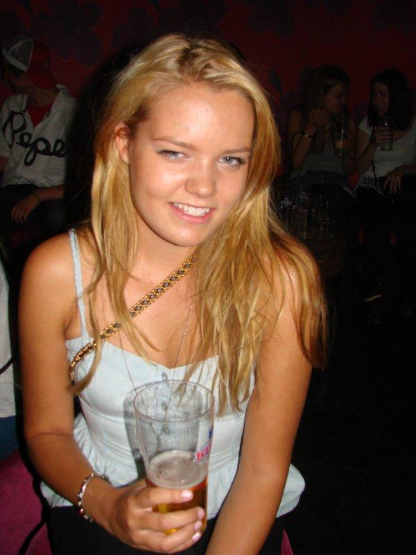 Baarikärpänen 8.8. Opiskelija Emmi, 18, oli juhlimassa kaverin synttäreitä. Juhlinta näyttäisi olevan kuin pala kakkua.