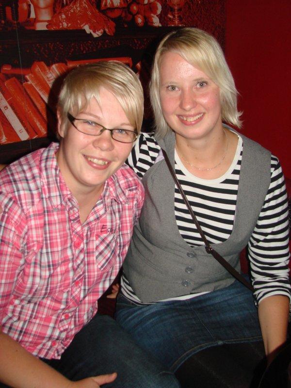 Dtm 9.9. Palvelualalla töissä oleva Titta, 28, ja sairaanhoitajaopiskelija Riikka, 30. Bondailevat blondit.