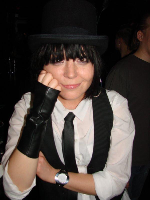 Orkidea 20v taiteilijajuhla @ Circus 12.11. Yrittäjä Angelika, 34, oli pitkään etsinyt silinterihattua ennen kuin sopiva löytyi. Hattutemppu!