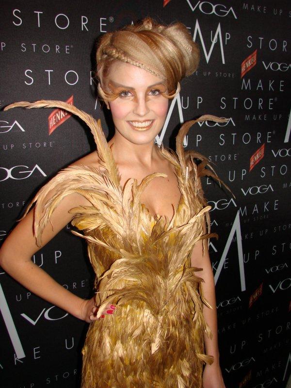 Make Up Store 15v 17.11. Miss Suomen perintöprinsessa Niina Lavosella näyttää olevan kana kynimättä.