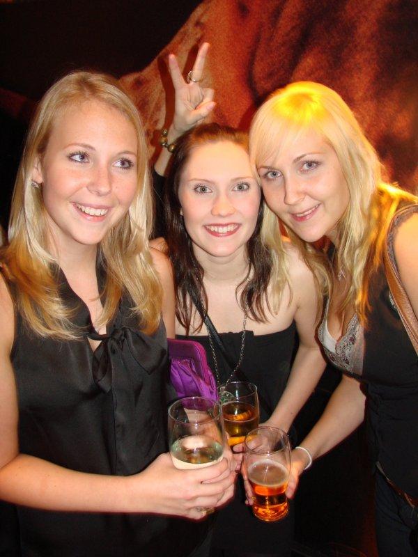 Baker's 16.12. Kaverukset Elisa, 22, Laura, 22, ja Heidi, 24. Featuring pupunkorvat.