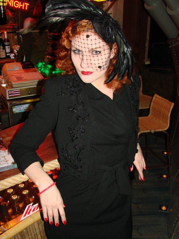 Navy Jerry's Rum Bar 1.2. Fiona Timantti nukkuu rullat päässä. Ei ihme, jos on pää pyörällä!