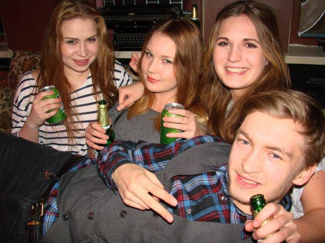 Navy Jerry's Rum Bar 1.2. Juhani, 20, pääsi kaverusten Annikan, 20, Lunan, 20, ja Kaisan, 20, syliin. Ja juomatarjoilukin toimii!