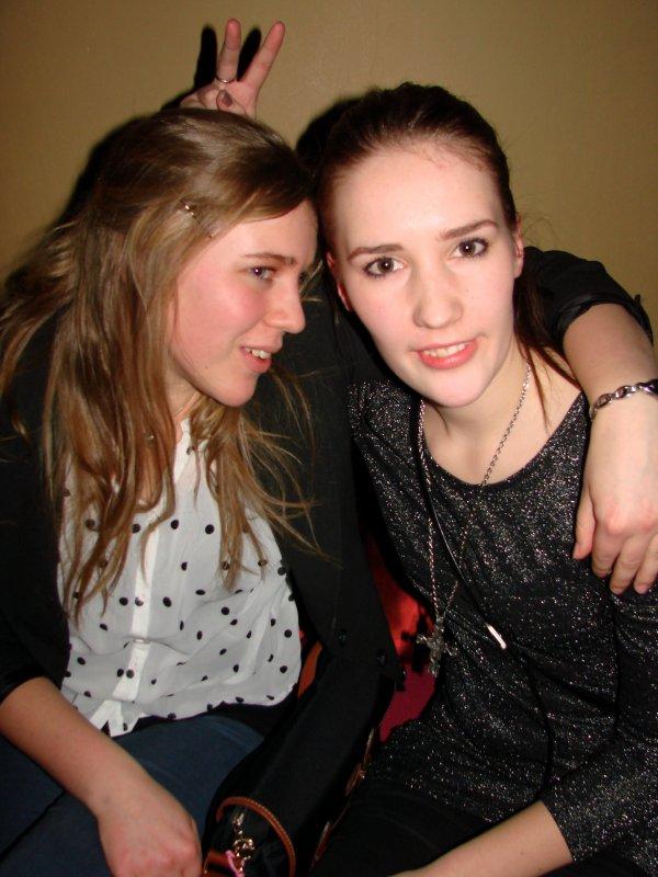 Vatican 3.2. Opiskelijat Caroline, 18, ja Riina, 18, olivat abipäivällisen jatkoilla. Yömyssyt ilmeisesti menossa.