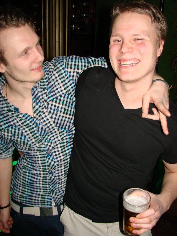 Fredan Tivoli 3.3. Opiskelija Ionel, 20, ja sairauslomalla oleva Janne, 20. Saikuttelubuumi on levinnyt baareihin saakka.