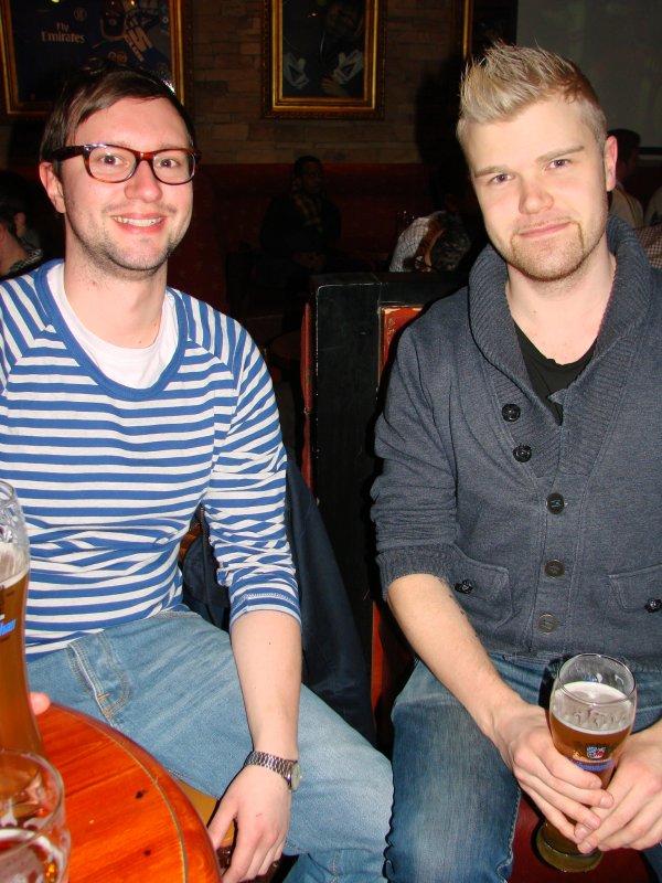 """Sport Pub Chelsea 17.4. Oikeustieteen opiskelija Arne, 26, ja tradenomi Jani, 26, tuoppien äärestä: """"Suomi hävisi Slovakialle joskus 70-luvulla."""" Jääkiekkofanilla on norsun muisti ja jano."""