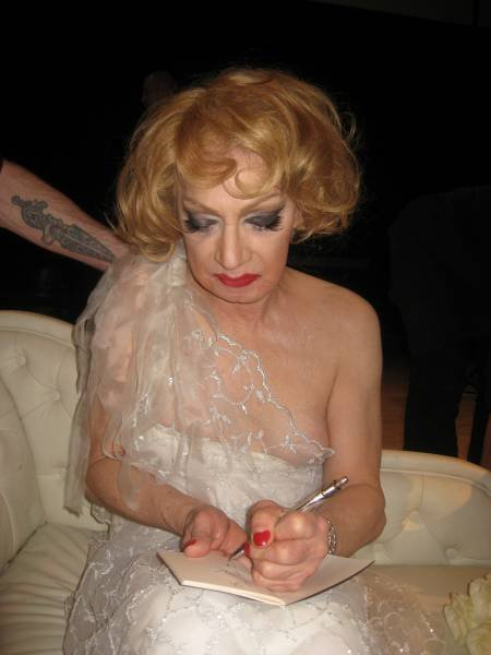Holly Woodlawn antaa mulle nimmarin.