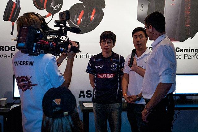 Jotain tärkeän näköisiä peli-ihmisiä haastattelussa.