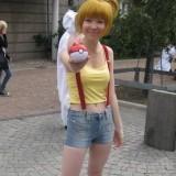 Nuori nainen cosplay-asussa.