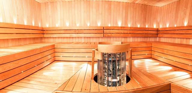 Neljän huoneen yhteydestä löytyy saunatilat.