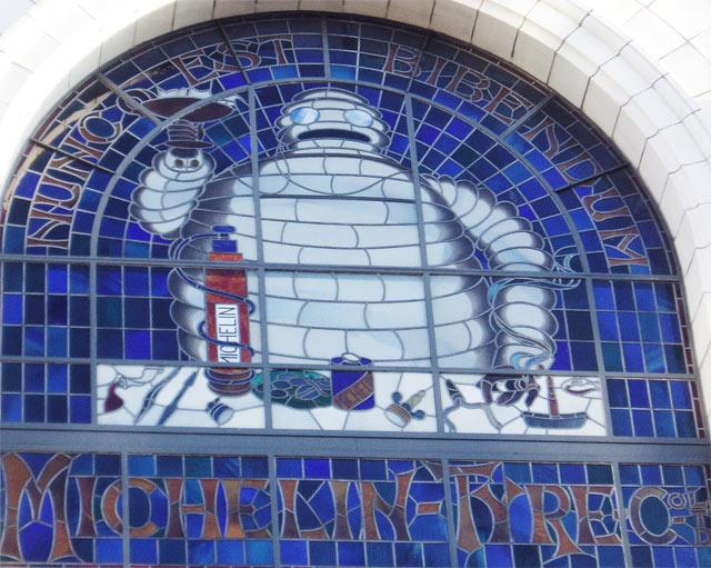 Lontoon Chelseasta löytyy Michelin-talo, jonka ikkunoita Michelin-ukko Bibendum koristaa.