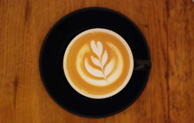 CaféArtin Mikko Haahti sanoo, että heidän kahvilassaan ollaan enemmän kuin töissä. Kuva: Mikko Haahti