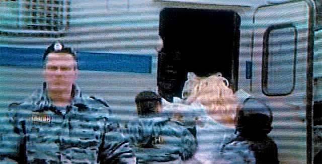 Kun mellakkapoliisi, jolla lukee vaatteissaan OMOH kuljettaa homojen oikeuksia puolustavaa mielenosoittajaa putkaan, hänen tulisi katsoa peiliin.