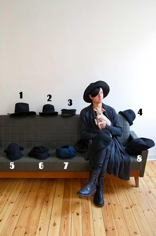 Suunnittelija Antti Asplund tykkää perushatuista, joissa on jokin twist. Kokoelmasta puuttuu perusbaskeri. Italianvinttikoira Blancolla ei ole yhtään omaa hattua.