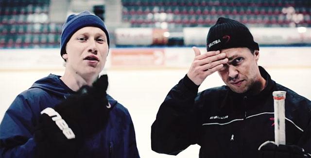 JYPin valmentaja Jyrki Aho pyyhkii hikeä FP:n videolla.