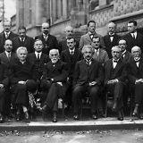Albert Einstein ja muut tärkeät tieteilijät heräävät henkiin digitaalisesti väritetyssä kuvassa