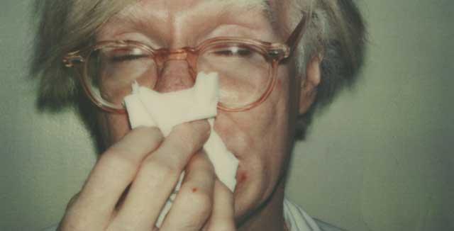 Kuvassa Andy Warhol niistää. Kuvittele ympärille polaroid-reunukset.