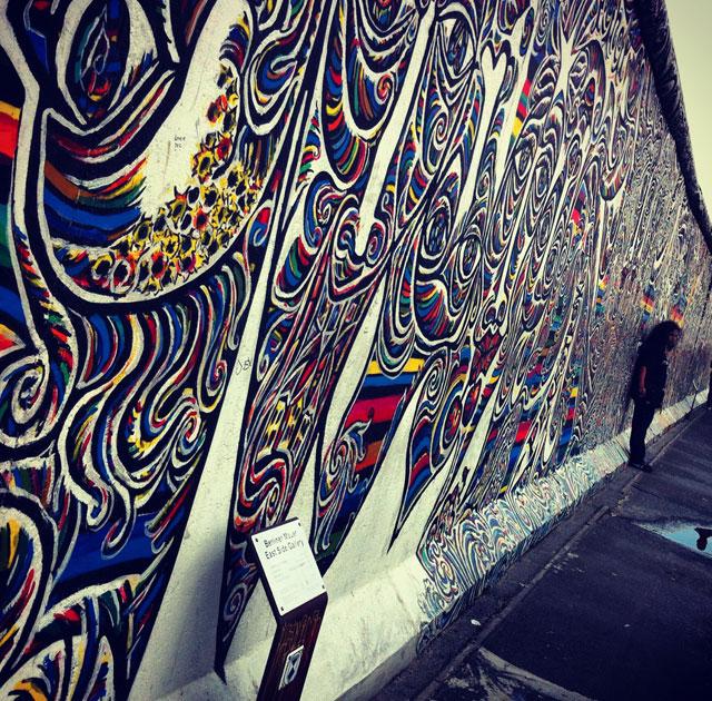 East Side Galleryssä Itä-Berliinissä on pisin pystyssä oleva pätkä muuria. 1,3 kilometrin muuri on totta kai täynnä taidetta.