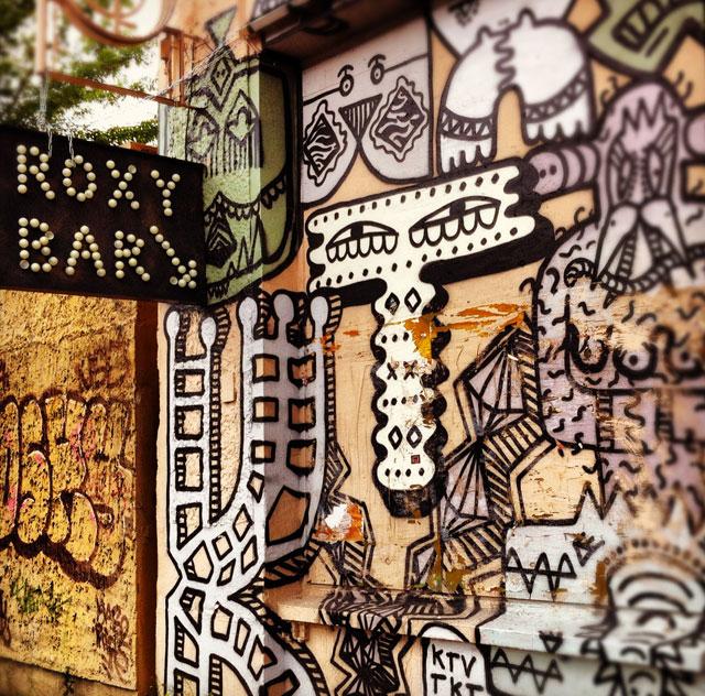 Roxy Barin seinä on koristeltu uskottavasti.