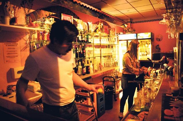 Mii Jutranilla ja hänen isällään on kiire. He keskustelevat tiskin takana vietnamiksi, kun asiakkaat tungeksivat baaritiskillä.