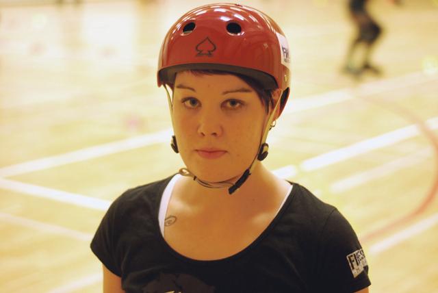 Marja Tallgrenille on sanottu, että roller derby muistuttaa säännöiltään amerikkalaista jalkapalloa. Taklauksilta ei voi välttyä.