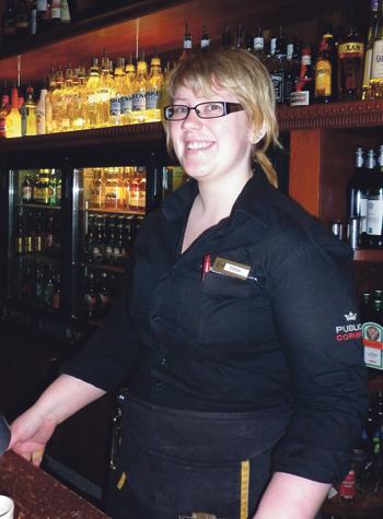 Emma Mäki on yksi niistä, jotka takaavat asiakkaille viihtyisän illan Edisonissa.