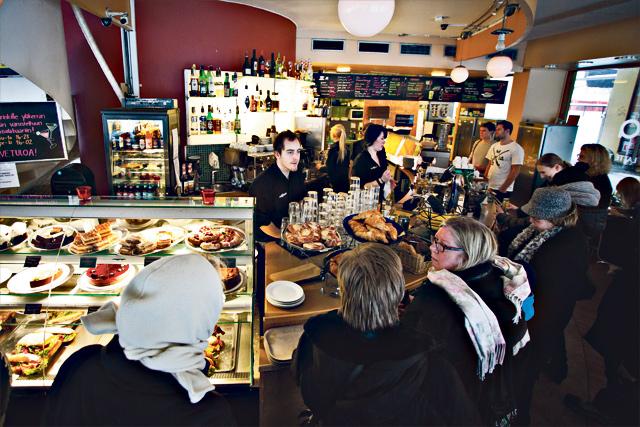 Cafe Javassa riittää väkeä.