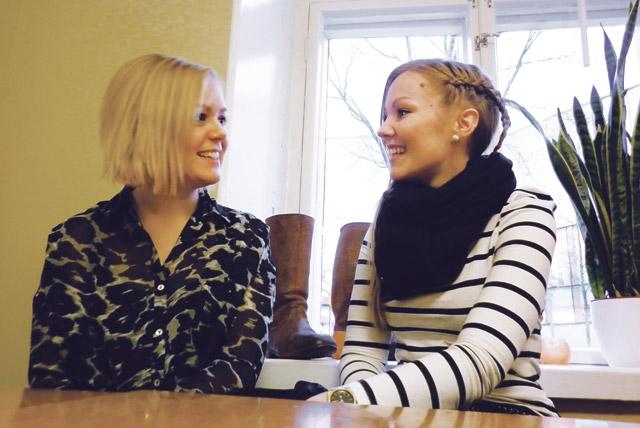 Reetta Vahanen ja Sonja Salli juttelevat mielellään meikeistä, mutta neuvoja kannattaa kysyä kosmetiikan kemiasta.
