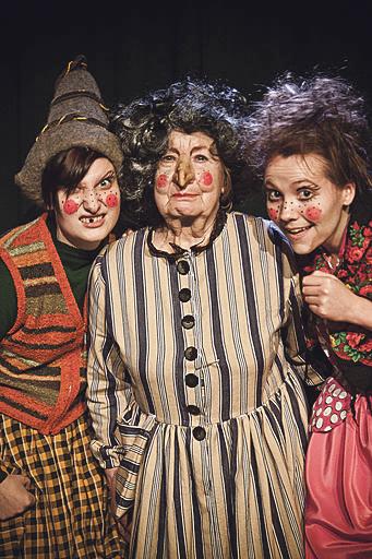 Jo-Jo Teatterin Noita Nokinenä johdattelee jouluun. (Kuva: Matti Vahtera)