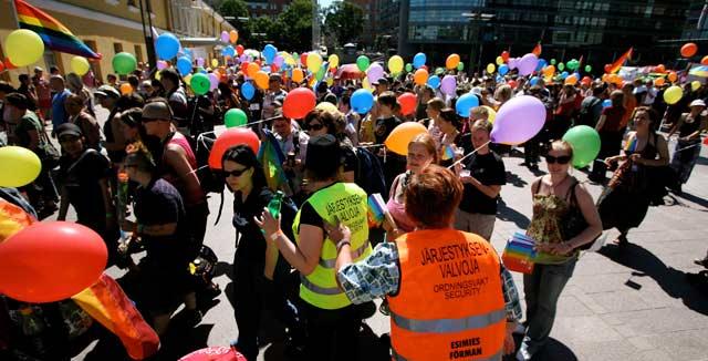 Pride-kulkueessa marssitaan yhdenvertaisuuden puolesta.