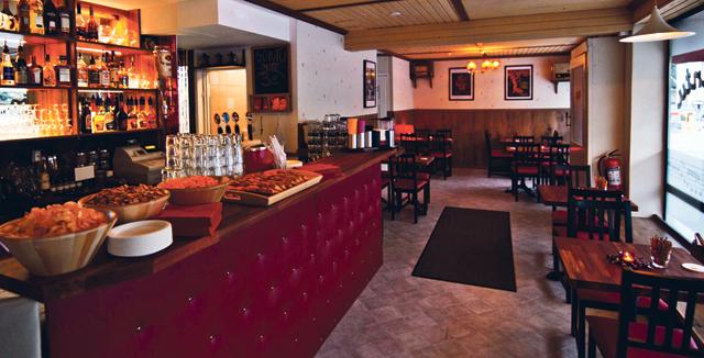 Päivällä kahvila, illalla viihtyisä seurusteluravintola.
